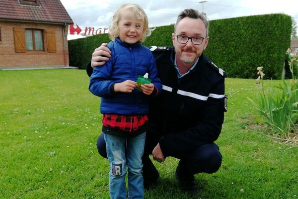 """Faustin, 4 ans, a été sauvé par un gendarme alors qu'il s'étouffait avec un bouchon de """"Pom'Potes""""."""