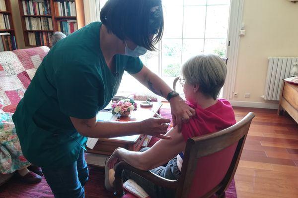 Yveline Cann, infirmière en libéral dans le Finistère, vaccine contre la Covid-19, au domicile des patients.