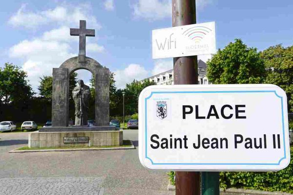 Place Saint Jean-Paul II , avec la statue du pape polonais en mai 2015
