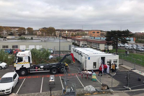 Déploiement de l'unité mobile polyvalente Europe Occitanie, opérationnel en 45 minutes et pouvant accueillir jusqu'à 18 patients