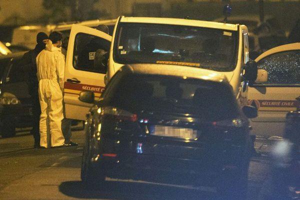 La police et des équipes de déminage jeudi soir à Argenteuil en banlieue parisienne.