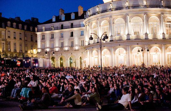 Le public est nombreux à chaque édition, ici sur la place de la mairie de Rennes