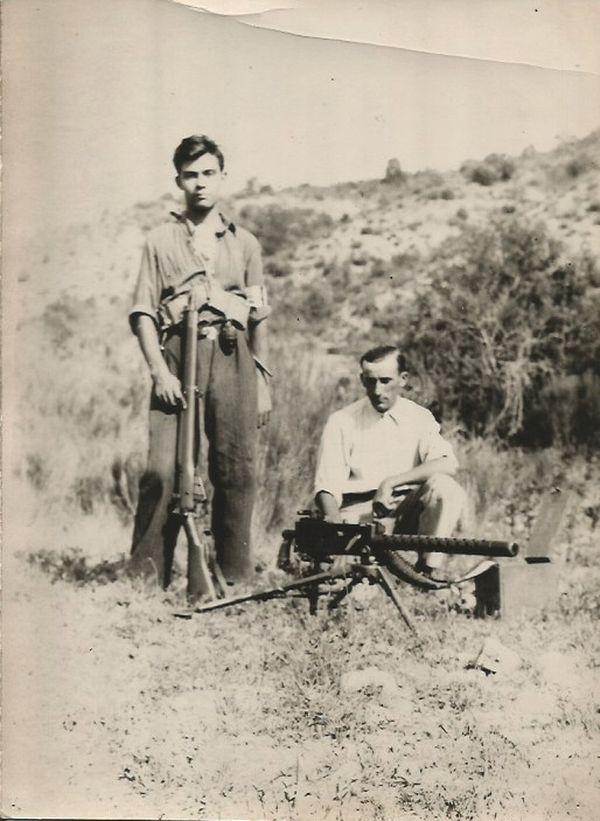 Été 1944, Robert Maestracci fuit Marseille et prend le maquis à côté d'Entrevennes. Debout sur la photo à côté de Fernand Etienne, son chef de section, il devient rapidement le mitrailleur attitré de son groupe de résistants.