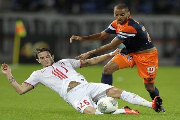 Montpellier - le défenseur Yassine Jebbour aux prises avec une joueur du LOSC (Nolan Roux) - 19 octobre 2013.