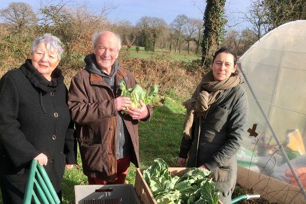 Morgan Ody (à droite) fournit des légumes à 42 familles à coté de Auray (56)