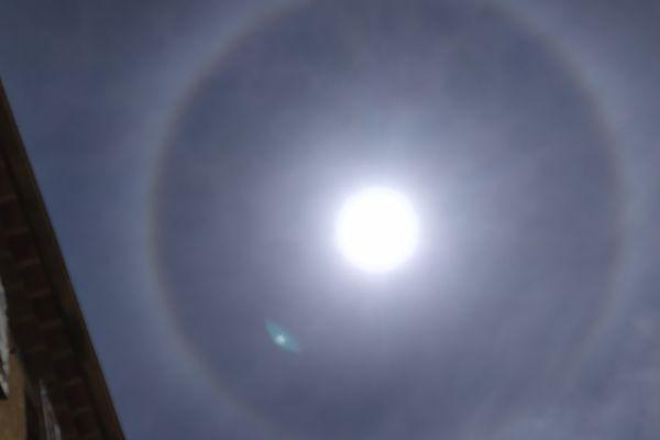 Un halo tout autour du soleil a été observé ce jeudi à la mi-journée dans le ciel de la Côte d'Azur.