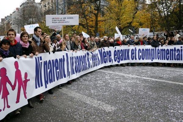 Plusieurs milliers d'opposants au mariage pour tous ont défilé de Denfert-Rochereau aux Invalides.