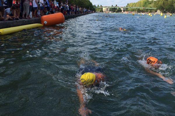 Des nageurs dans le bassin de La Villette, à Paris, à l'occasion de Fluctuat, un événement organisé par la Fédération française de natation.