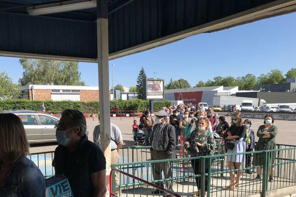 La foule pour la réouverture d'Emmaus