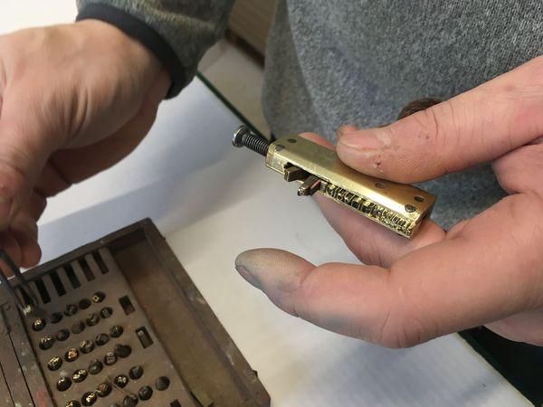 La machine avec laquelle est inscrite la marque Girault sur les pastels, vieille de plus d'un siècle n'a guère changée...