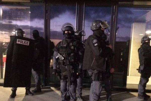 Vers 17h00 ce jeudi 5 janvier a débuté un exercice alerte attentat autour du palais des sports Kindarena de Rouen.
