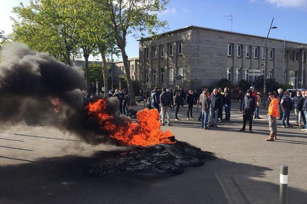 Une centaine de salariés de la Fonderie de Bretagne brûlent des pneus et des palettes devant la sous-préfecture de Lorient.