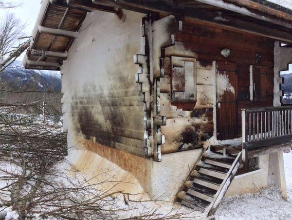 """Les maisons du hameau du Pont ont été """"plâtrées"""" par le souffle de l'avalanche."""