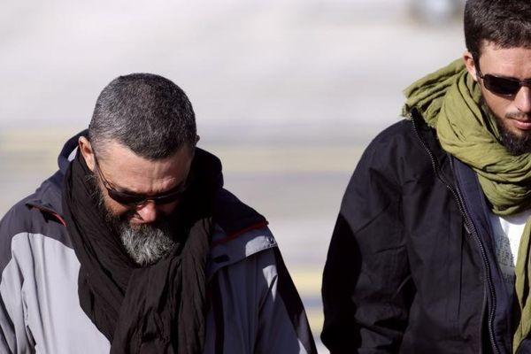 Marc Feret (à gauche) et Pierre Legrand sur le tarmac de l'aéroport militaire de Villacoublay, le 30 octobre 2013.