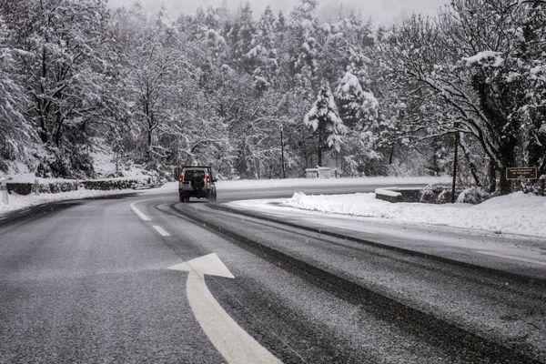En Ardèche, la neige devrait tomber à 400 m. Le Préfet a interdit les transports de personnes en-dessus de 600 mètres à partir de minuit.