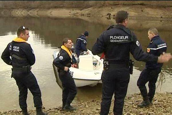 Le 28 janvier 2016, une équipe de plongeurs de la gendarmerie de Valence (Drôme) recherchent un pêcheur disparu au plan d'eau du barrage des Fades dans le Puy-de-Dôme.