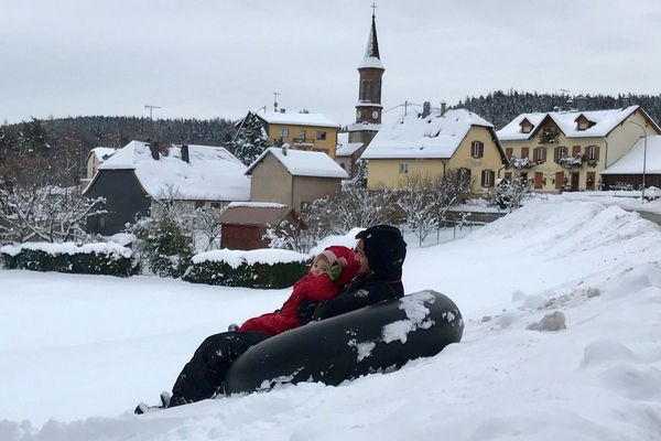 Plusieurs centimètres de neige plongent Aubure dans une ambiance cotonneuse et joyeuse : luge à volonté pour Lumi, 2 ans 1/2, et son papa.