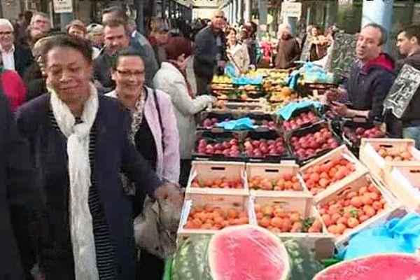 La secrétaire d'Etat à la Ville, Héléne Geoffroy au marché de Chenôve