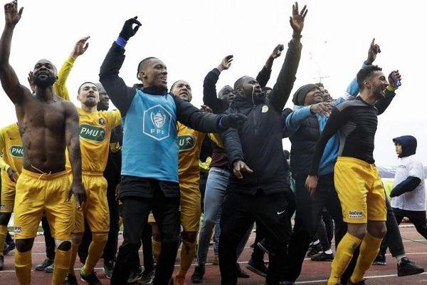 Les joueurs de Viry-Chatillon célèbrent leur victoire face au SCO Angers au stade Henri Longuet ce samedi 5 janvier 2019, en 32e de finale de Coupe de France.