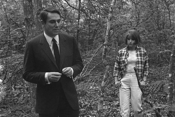 """Robert Hossein et Julie Dassin tournent dans les bois d'Evreux une scène du film """"La Musica"""" de Marguerite Duras et Paul Seban, en juin 1966."""