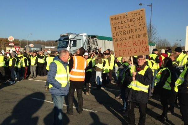 """Les """"Gilets Jaunes"""" occupent le rond-point Fayet de Saint-Quentin depuis le samedi 17 novembre"""