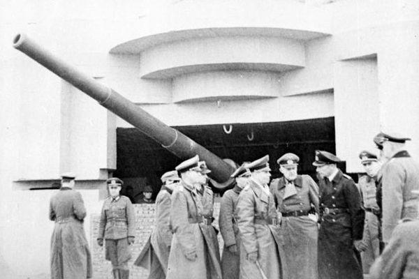 Le Maréchal Rommel inspectant une batterie, sur le mur de l'Atlantique