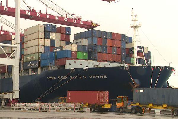 """Le """"Jules-Verne"""" a accosté ce mardi au port de Dunkerque. Rempli de masques."""