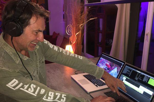 Alain Jardon consacre plus d'une heure chaque jour aux préparatifs de son animation musicale