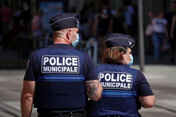 Illustration. Patrouille de police municipale pour le respect du port des masques sur la voie publique.