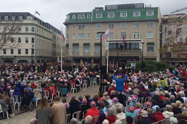 Comme le 8 mai 45, le drapeau britannique est hissé au balcon de l'hôtel Pomme d'or, QG de la Marine allemande