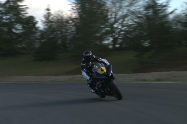 Le Creusois Yann Boes, au guidon de sa moto sur le circuit de Mornay, va participer aux Championnats de France moto Handisport.