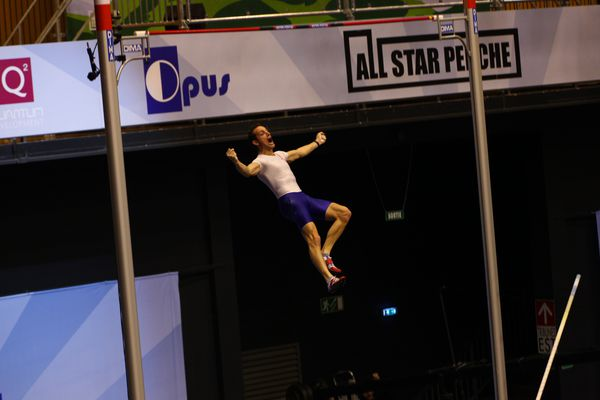 A Clermont-Ferrand, le 21 février 2016 : Renaud Lavillenie a réalisé la meilleure performance mondiale de l'année en franchissant une barre à 6,02 mètres. Le Clermontois a remporté le All Star Perche devant Shawn Barber.