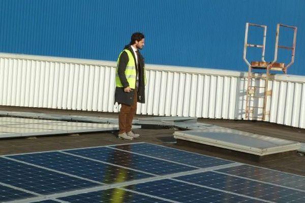 Le prince Carl Philip de Suède observe les nouveaux panneaux solaires installés à la plateforme Ikea, à Saint-Quentin-Fallavier