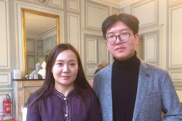 Xinyu Li (à droite) et Xuwin Qi (à gauche), deux étudiants chinois de la Wuhan University of Technology