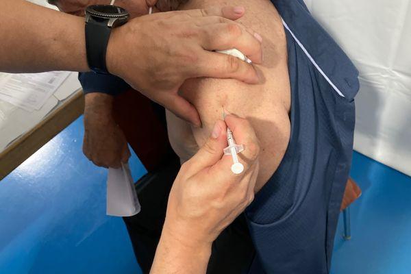 Un pompier vaccine au centre Montrichard de Pont-à-Mousson