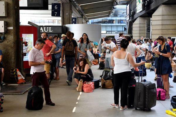 Des voyageurs patientent à la gare Montparnasse