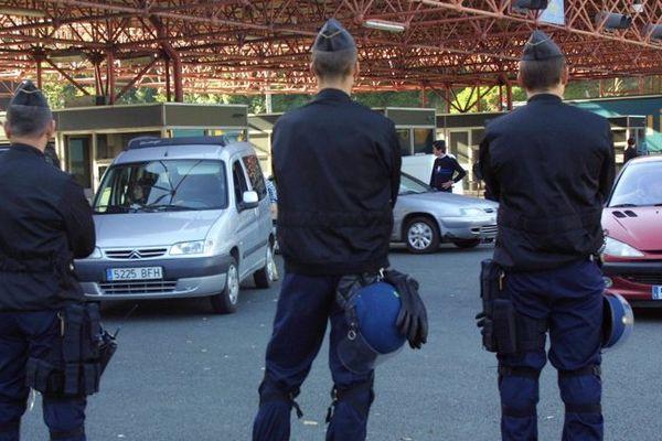 La police des airs et des frontières au péage de Biriatou en octobre 2002