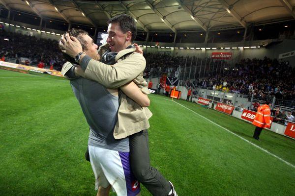 Olivier Sadran se jette dans les bras de Johan Elmander. Le Suédois vient d'inscrire un triplé face à Bordeaux permettant au TFC de finir sur le podium de la Ligue 1 et de se qualifier pour la Ligue des Champions.