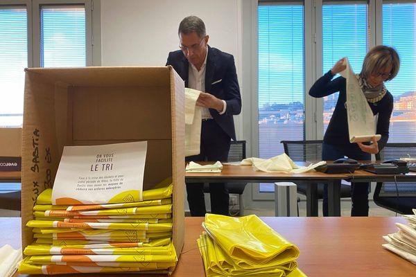 Pierre Savelli et plusieurs agents municipaux ont préparé des packs de tri qui ont ensuite été distribués aux Bastiais, mardi 24 décembre