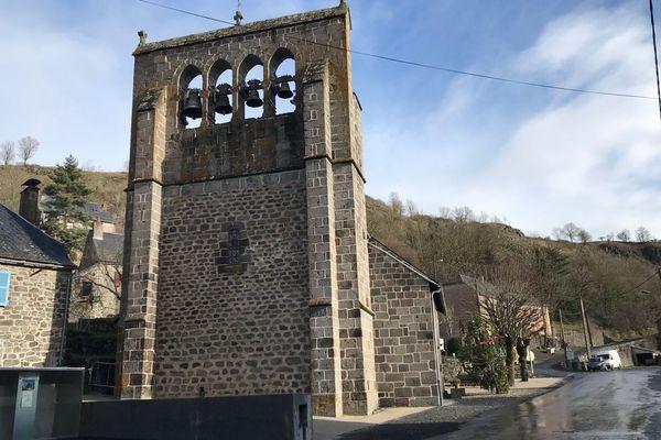 L'église Saint-Anastasie à Neussargues-en-Pinatelle, dans le Cantal, bâtie au 12eme siècle, rencontre de nombreux défauts.