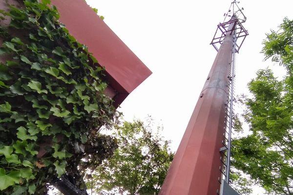 Cette antenne relais du groupe de téléphonie SFR a été incendiée, rue de Garric, dans le quartier toulousain des Sept Deniers.