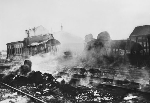 La gare de Cracovie, en Pologne, bombardée par l'aviation allemande.