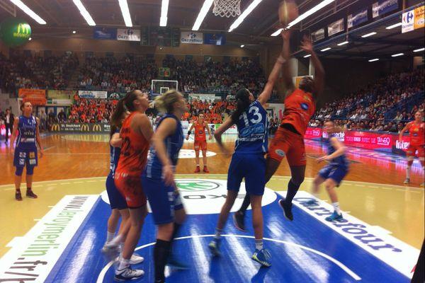 La joueuse du Tango Bourges Basket, Endy Miyem, dans les airs.