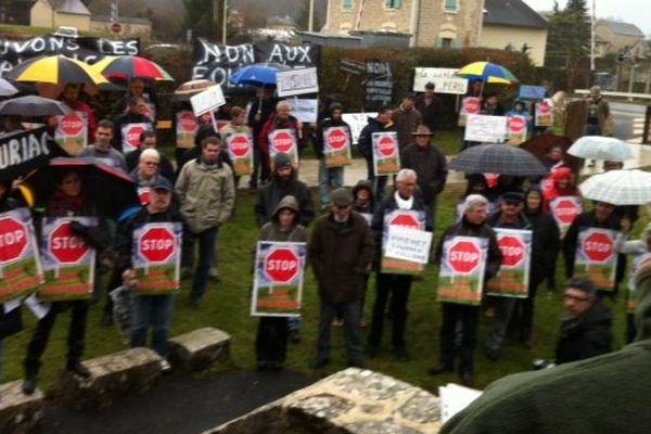 Les opposants au projet devant la mairie de Bertholène