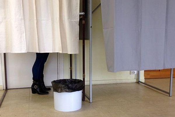 Isoloir lors des élections départementales de 2015 à Carcassonne
