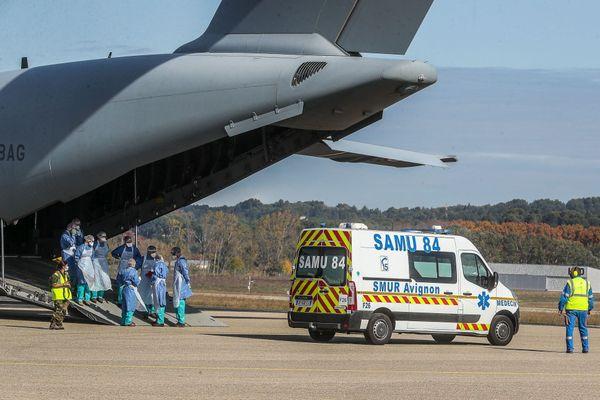 Un avion de l'armée de l'air transporte 4 patients Covid de l'hôpital d'Avignon vers celui de Brest - 28/10/2020