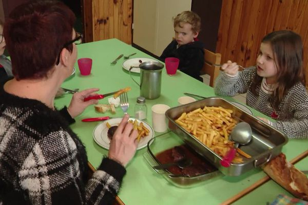 La cantine de Malbouzon en Lozère ne sert pas de menu végétarien aux treize enfants de l'école, une décision largement suivie dans les cantines scolaires de Lozère. 07/01/2020