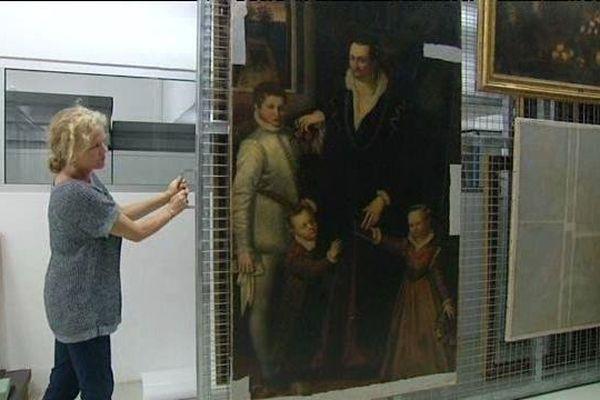 Au musée, des professionnels travaillent pour identifier certains tableaux encore anonymes.