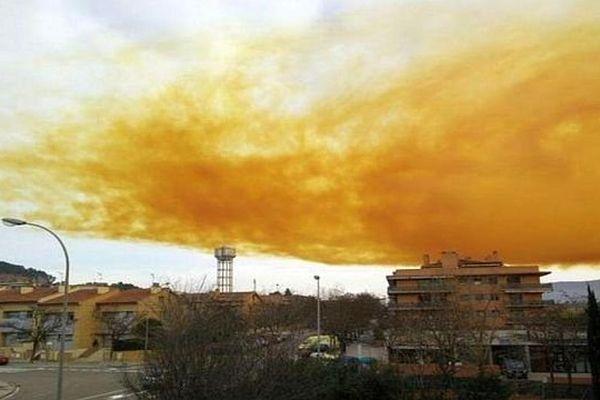 Igualada (Espagne) - le nuage corrosif dans le ciel de la ville - 12 février 2015.