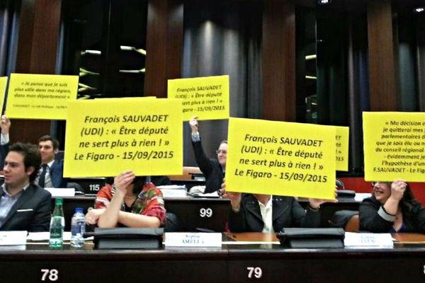 Les élus FN de Bourgogne-Franche-Comté ont brandi des pancartes adressées à François Sauvadet, chef de file LR-UDI au conseil régional.